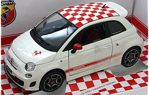 フィアット アバルト 500 ホワイト/レッドチェッカールーフ (1/18 ブラゴ18-11028W)