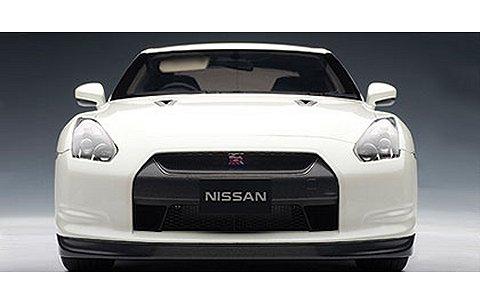 ニッサン GT-R (R35) プレミアムエディション ブリリアントホワイトパール (1/12 オートアート12217)