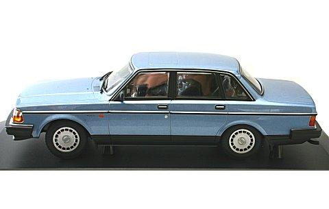 ボルボ 240 GL 1986 ブルーM (1/18 ミニチャンプス155171404)